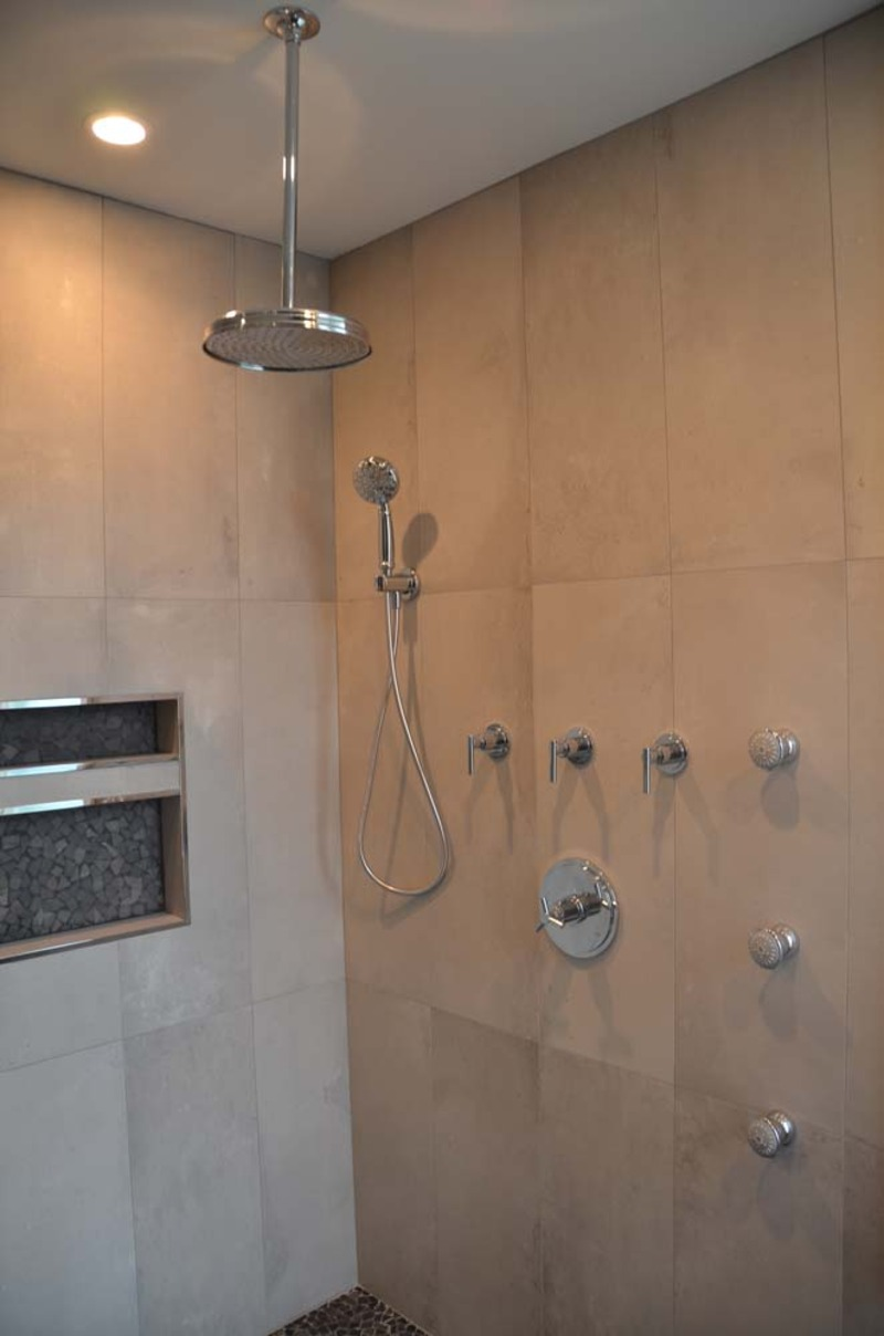 Free Standing White Bath Tub, Modern Shower and Bath Vanity in ...